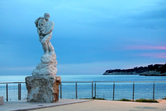 Bella Figura designer travels with Sarah Hanna. Fisherman's statue next to the lighthouse in Cassis
