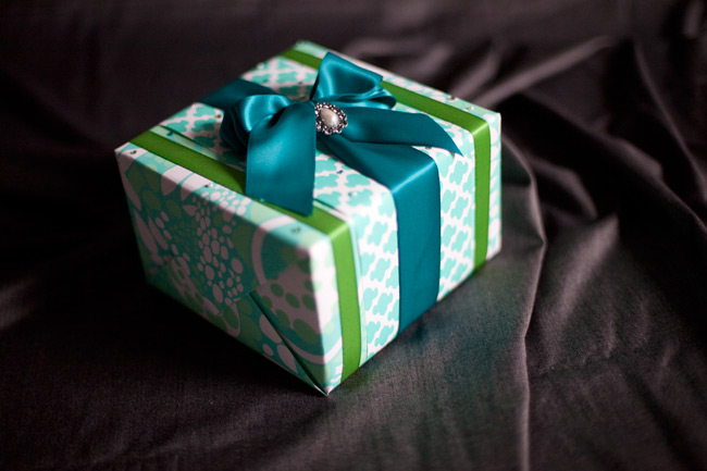 Carol from Jolie Colis put together this pretty DIY gift wrap tutorial using Smock's double-sided gift wrap